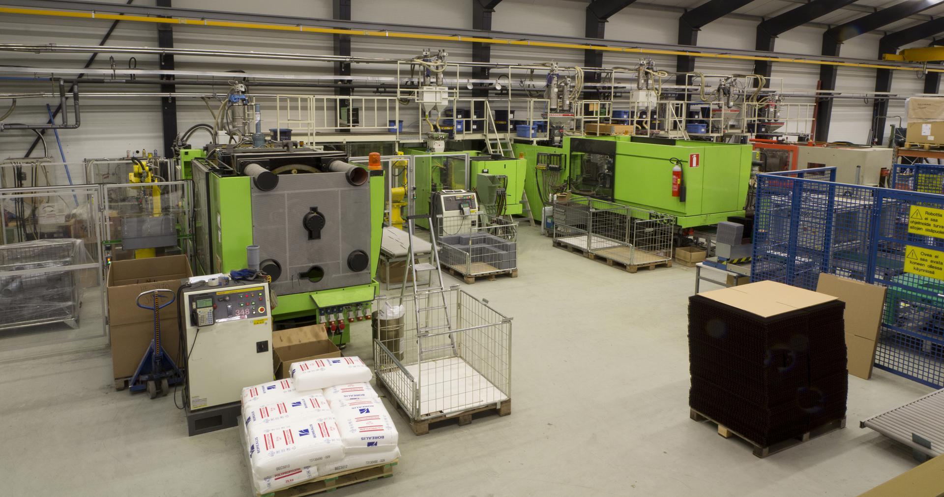 Atplast Oy:n tuotantokoneita muoviosien valmistukseen.