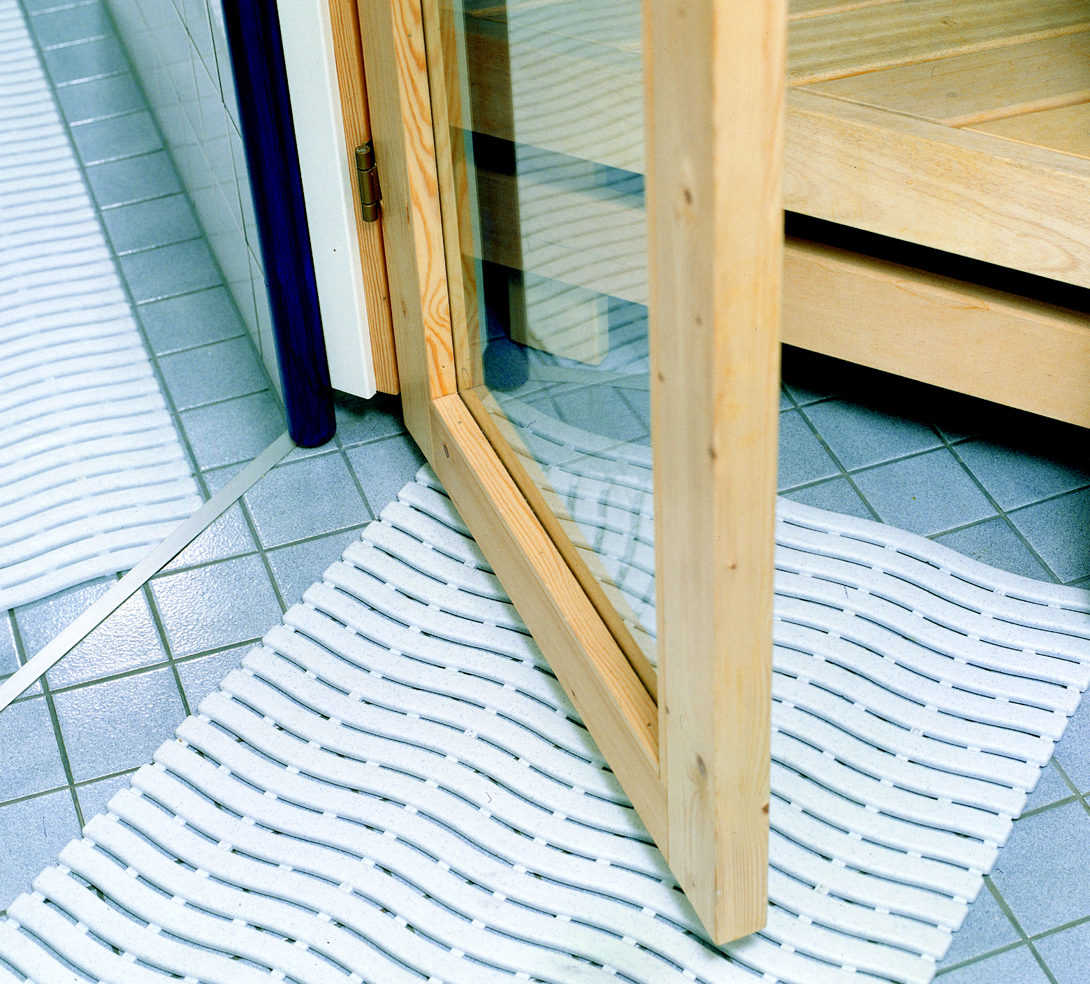 Softstep sinituhka pesutilan lattialla.